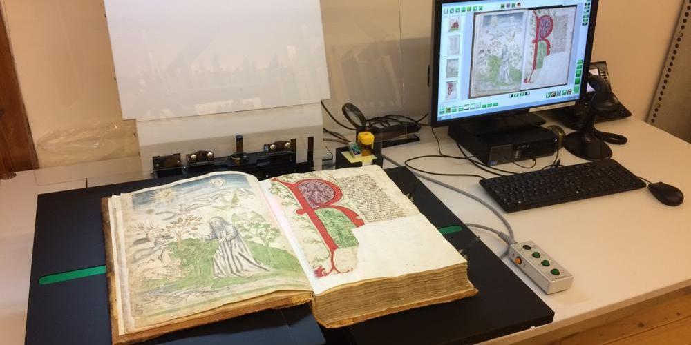 Bild einer mittelalterlischen Handschrift, die in der Kantonsbibliothek für die digitale Aufbereitung erfasst worden ist.